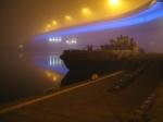 """""""Konrad"""" skąpany w błękitnej poświacie podświetlenia mostu"""